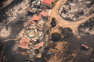 Una propiedad dañada por los fuegos en Sarsfield (Victoria).