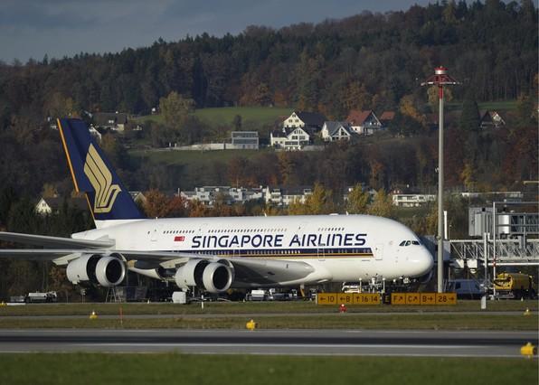 Un avión de Singapore Airlines, estacionado en el aeropuerto de Zurich.