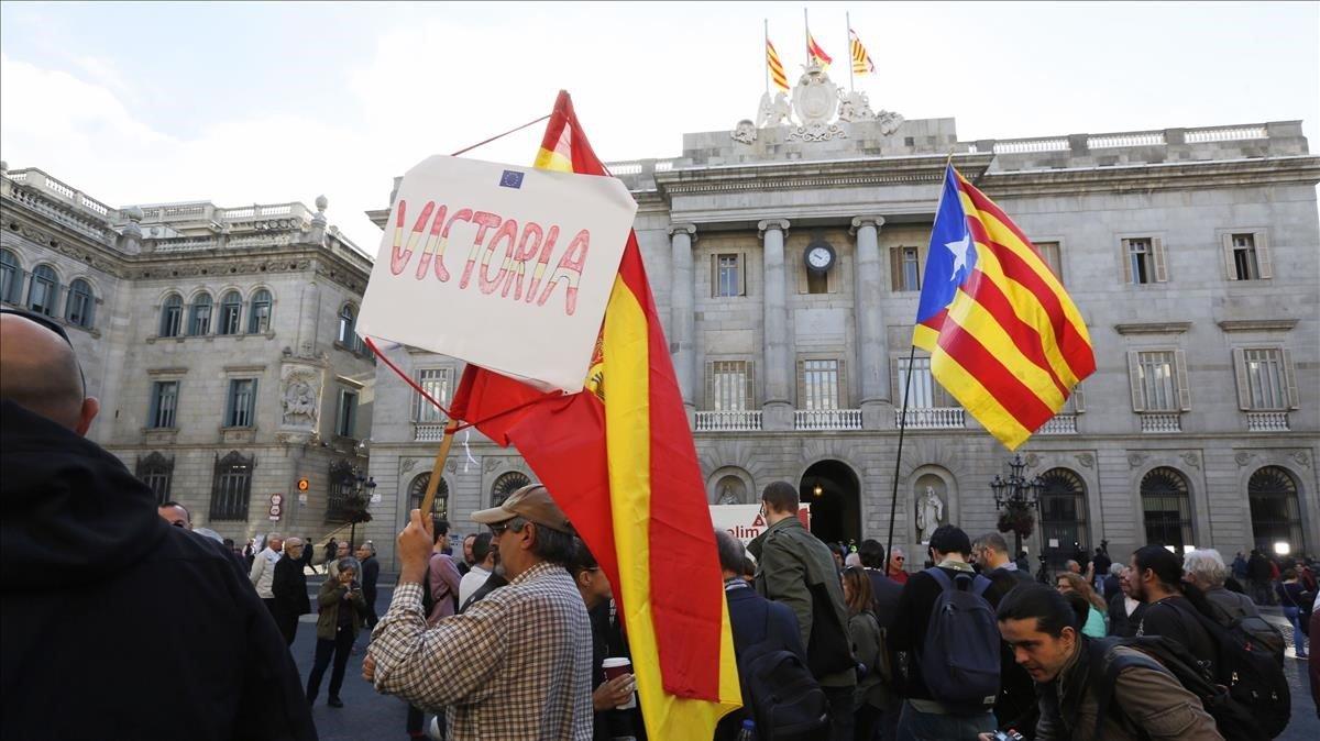 Banderas en la plaza de Sant Jaume el día de la DUI.