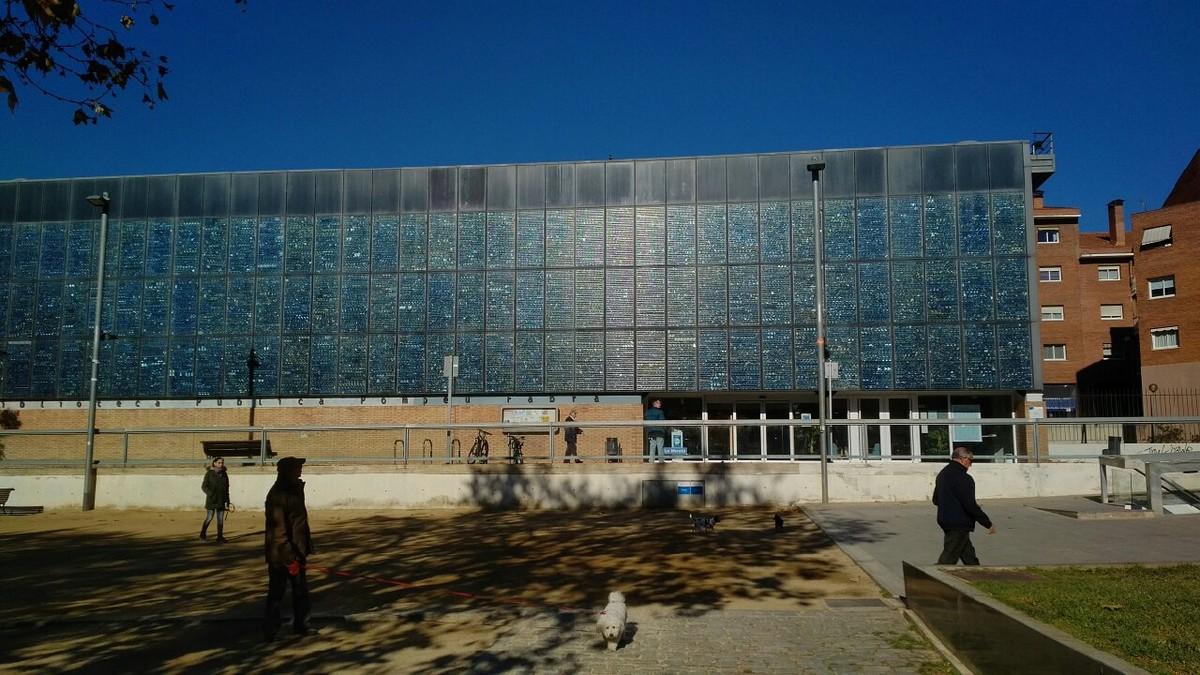 La Biblioteca Pompeu Fabra de Mataró, situada en la Plaça Occitània del barrio de Peramàs-Esmandies, que cumple veinte años este 2017.