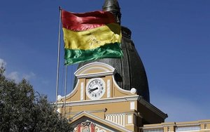 La bandera de Bolivia en una plaza pública.