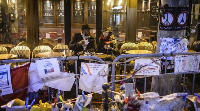 Unos clientes toman un café durante la reapertura del establecimiento A la Bonne Bièretres semanas después de los ataques terroristas, en París.