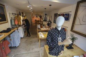 Interior de la tienda de Brava Fabrics en la calle de Parlament, en Sant Antoni.