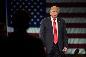 JL30- TAMPA (FL, EEUU), 14/03/2016.- El empresario estadounidense Donald Trump, el favorito en la carrera por la candidatura republicana a la Casa Blanca, habla en el Centro de Convensiones de Tampa, a unos 450 kilómetros de Miami, Florida, durante una parada de campaña hoy, lunes 14 de marzo de 2016. Trump reiteró durante el acto que construirá un muro para separar a EE.UU. de México, mientras en el exterior un grupo de personas protestaba con carteles que pedían no incitar al odio. EFE/JIM LO SCALZO