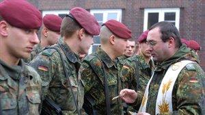 Un capellán alemán da regalos a las tropas alemanas en el Norte de Alemania.