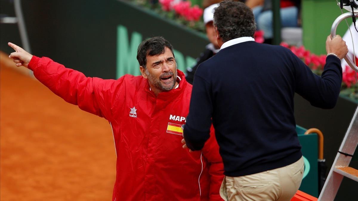 El capitán español, Sergi Bruguera, protesta al juez de silla en el España-Gran Bretaña de principios de febrero en Marbella.