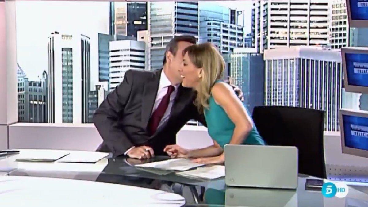El inesperado beso entre José Ribagorda y Ángeles Blanco en 'Informativos Telecinco'