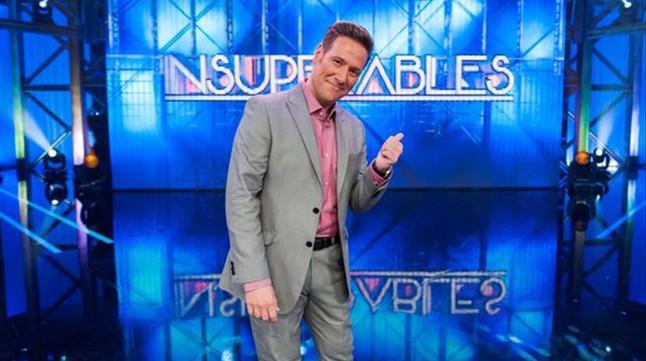 El humorista e imitador Carlos Latre, en el concurso 'Insuperables' (TVE-1).
