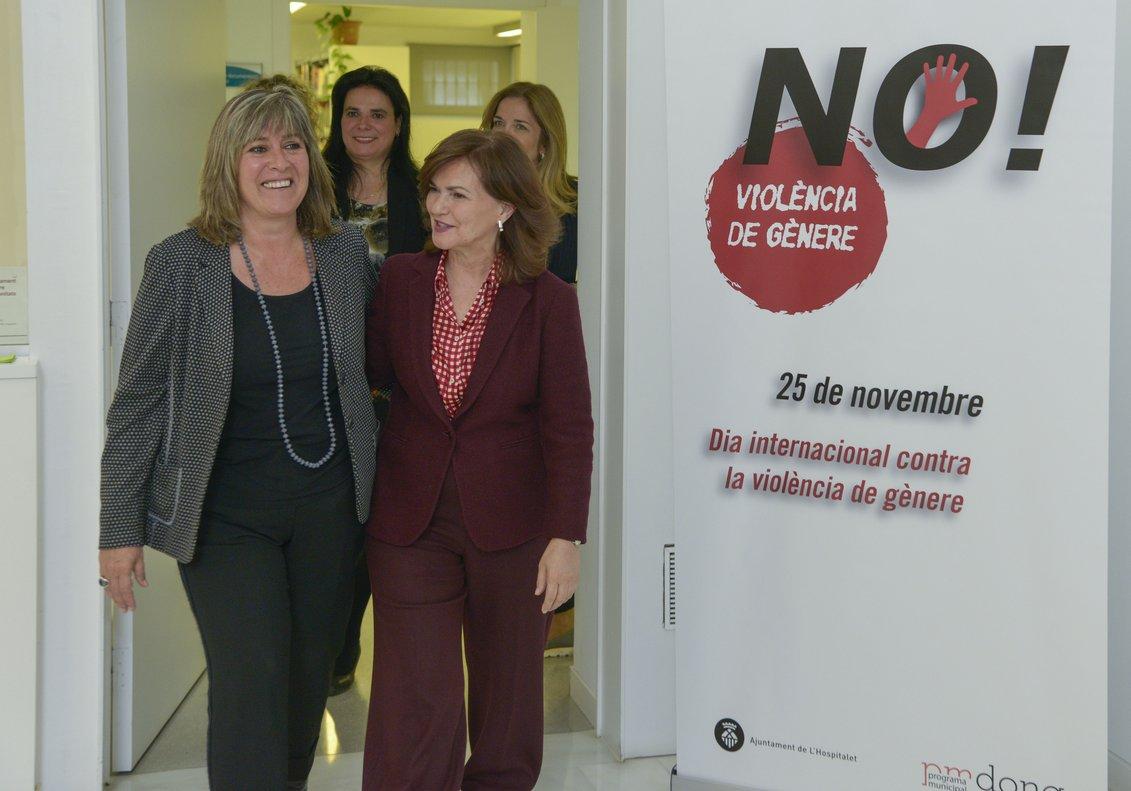 Carmen Calvo y Núria Marín durante su visita al CAID de LHospitalet este lunes