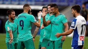 Casemiro y Benzema celebran el gol del brasileño en el RCDE Stadium