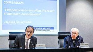 El presidente de Caixabank, Jordi Gual, y Jacques de Larosiere, exdirector gerente del FMI.