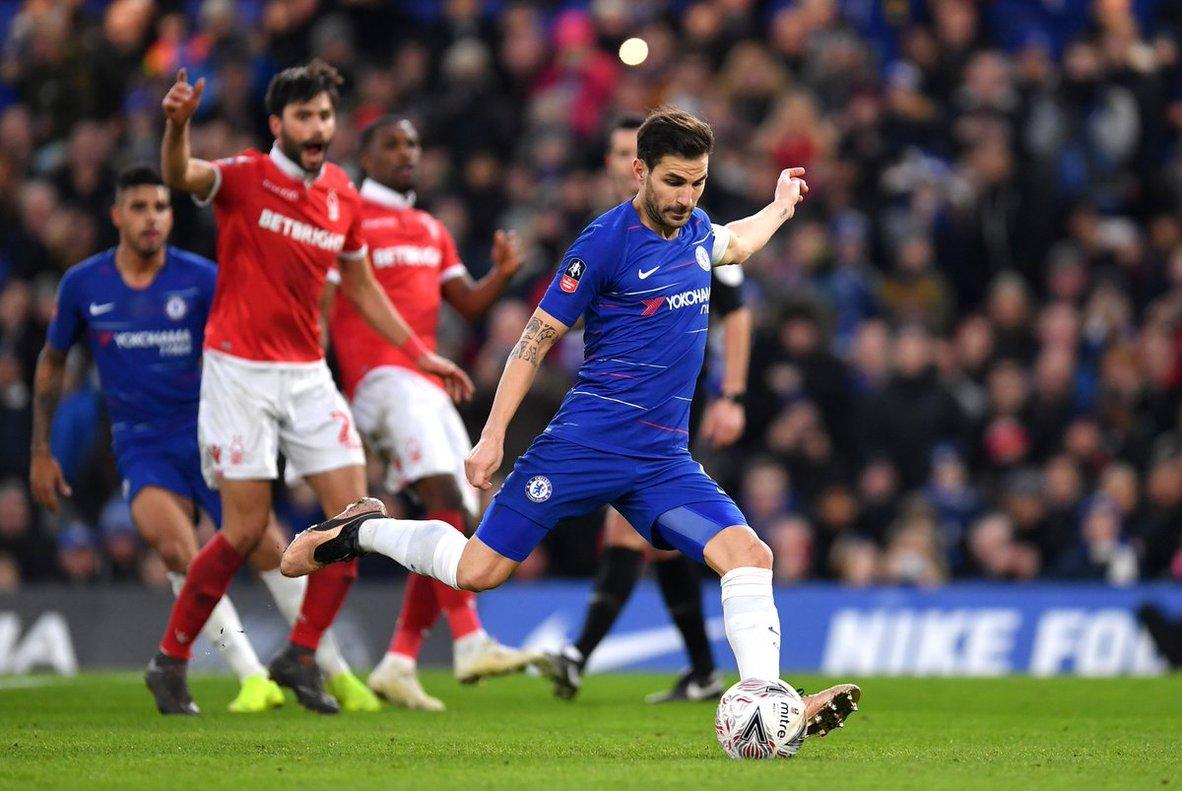 Cesc Fábregas erró su penalti en el primer tiempo