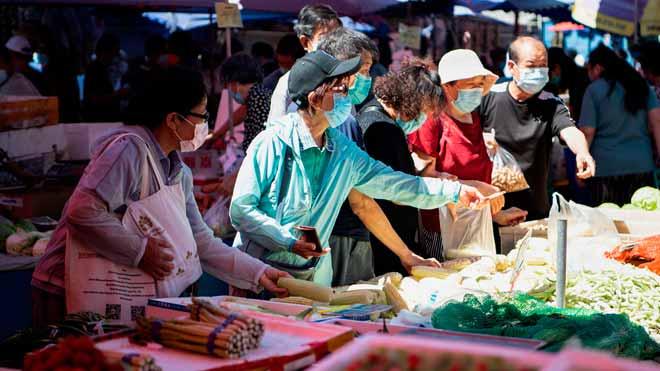 China subrayó hoy la necesidad urgente de mejorar la higiene en sus mercados mayoristas y en la cadena de suministro de alimentos tras el nuevo brote de coronavirus detectado en Pekín, que hasta ahora deja 158 casos confirmados.