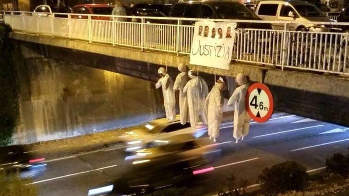 Cinco muñecos con los rostros de los integrantes de La manada han aparecido colgados de un puente de Pamplona.