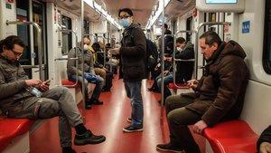 Ciudadanos de Milán en el metro, el martes por la tarde.