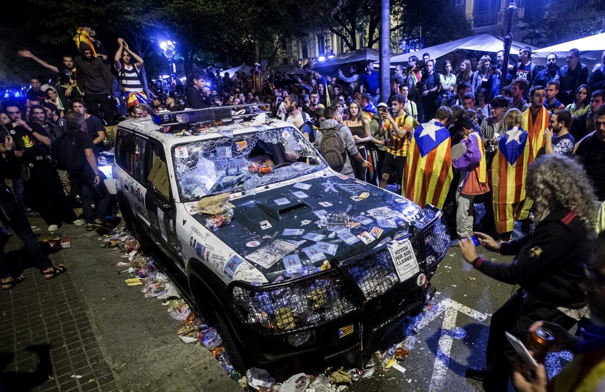 Coches de la Guardia Civil destrozados frente a la sede de la consellería.