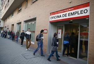 Cola de ciudadanos en una oficina de empleo de Madrid.