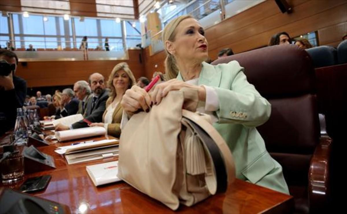 Cristina Cifuentes, presidenta de la Comunidad de Madrid, en la sesión plenaria celebrada ayer por la institución autonómica.