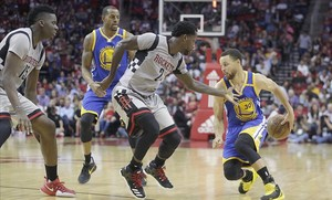 Curry intenta un dribling en el partido contra los Rockets