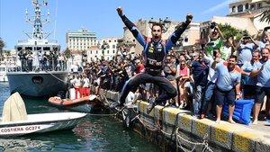 Dani Sordo se lanza al puerto de Alghero para celebrar su triunfo en Cerdeña.