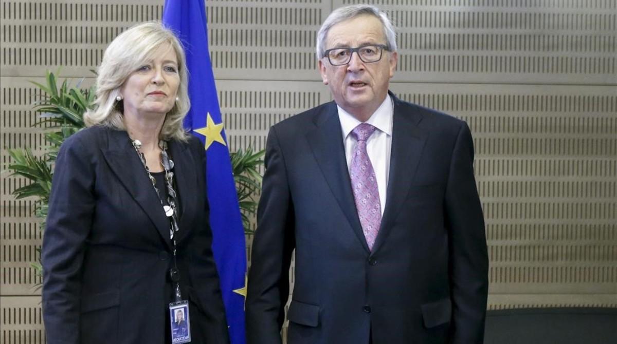 La Defensora del Pueblo Europeo, Emily O'Reilly, junto al presidente de la Comisión, Jean-Claude Juncker.