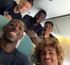 Dembelé,Griezmann, Lenglet, Umtiti y Todibo, en el avión del Barça camino de Tokio.