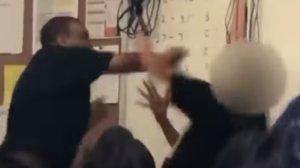 Un profesor golpeando a un alumno en Maywood, California (EEUU)
