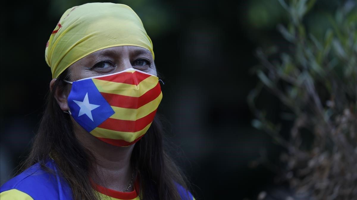 Una chica con una mascarilla con la bandera independentista