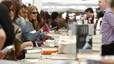 Vista de una parada de venta de libros en las Ramblas de Barcelona durante la Diada de Sant Jordi.