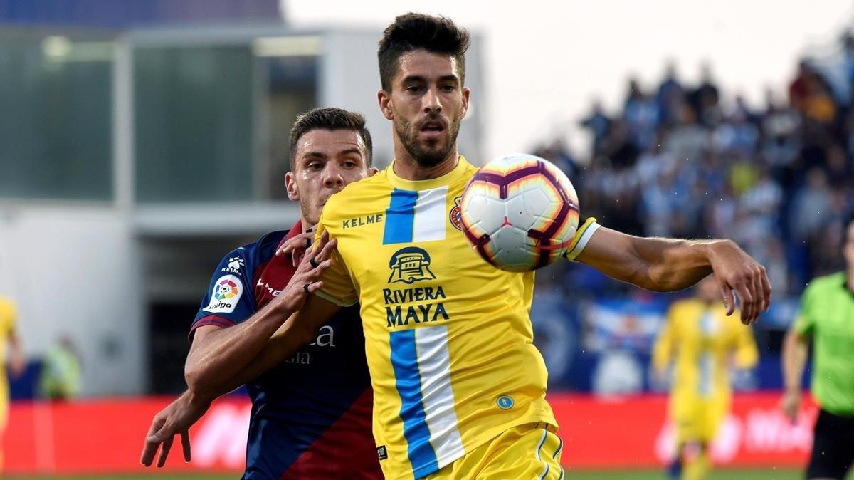 Dídac Vilà defiende el balón ante Gallar.
