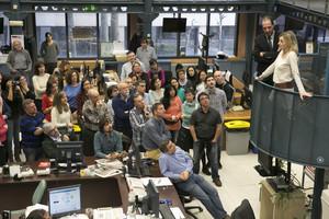 El director de EL PERIÓDICO, Enric Hernàndez, y la jefa de internacional, Marta López, comparten su alegría por la liberación de Marc Marginedas con el resto de la redacción.