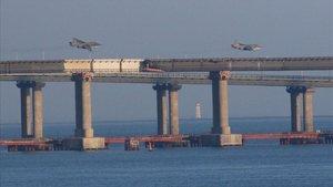 Dos aviones de guerra rusos sobrevuelan el puente que une Rusia con Crimea en el mar de Azov.