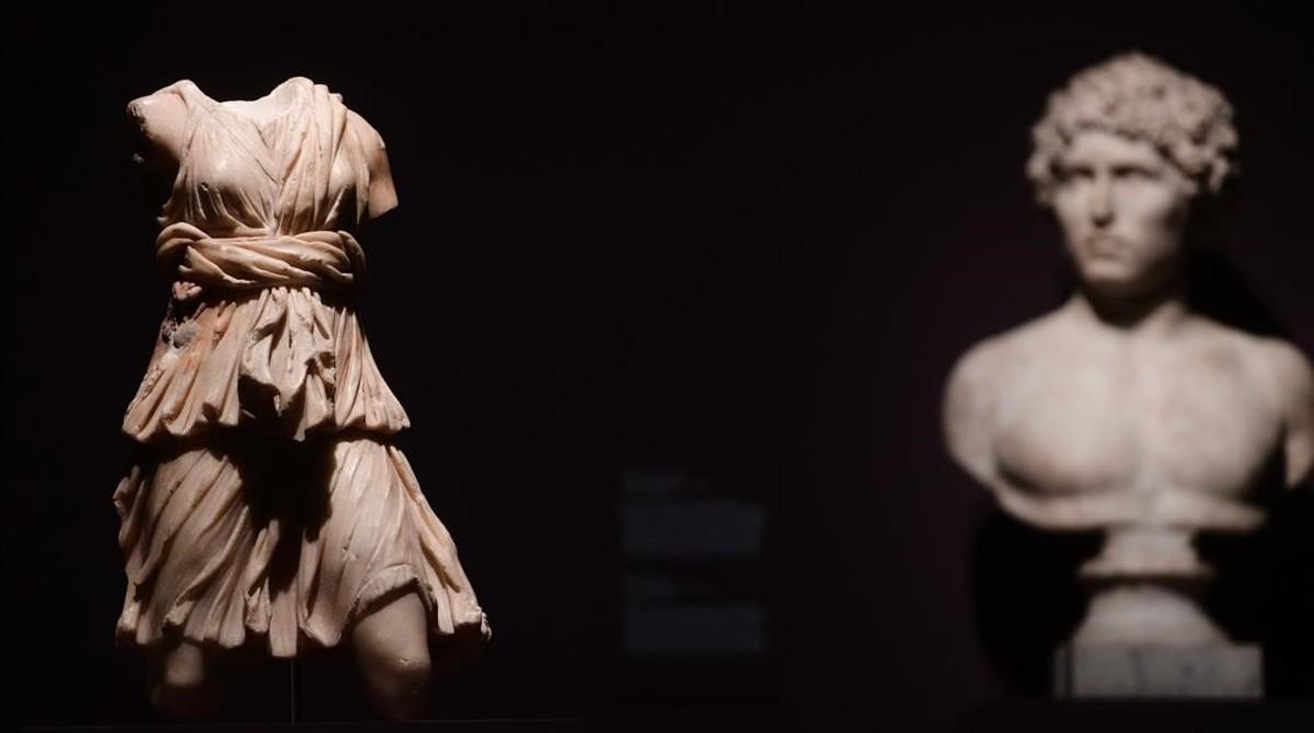 Dos esculturas romanas, a la izquierda Torso de Diana cazadora; y a la derecha, Busto de un joven.