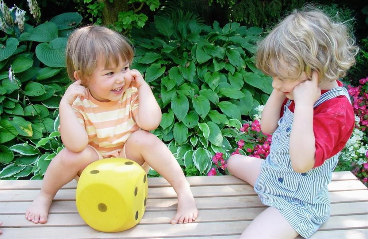 Dos niños juegan en una escuela infantil.
