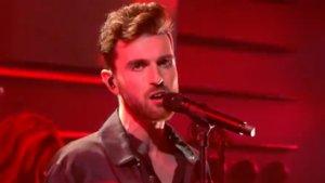 Duncan Lauence cantando 'Love don't hate it' en un programa holandés.