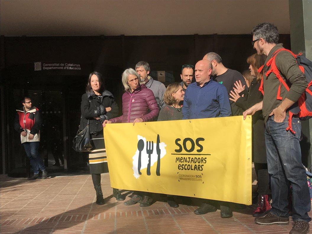 Miembros de la coordinador SOS Menjadors tras la reunión con el 'conseller'.
