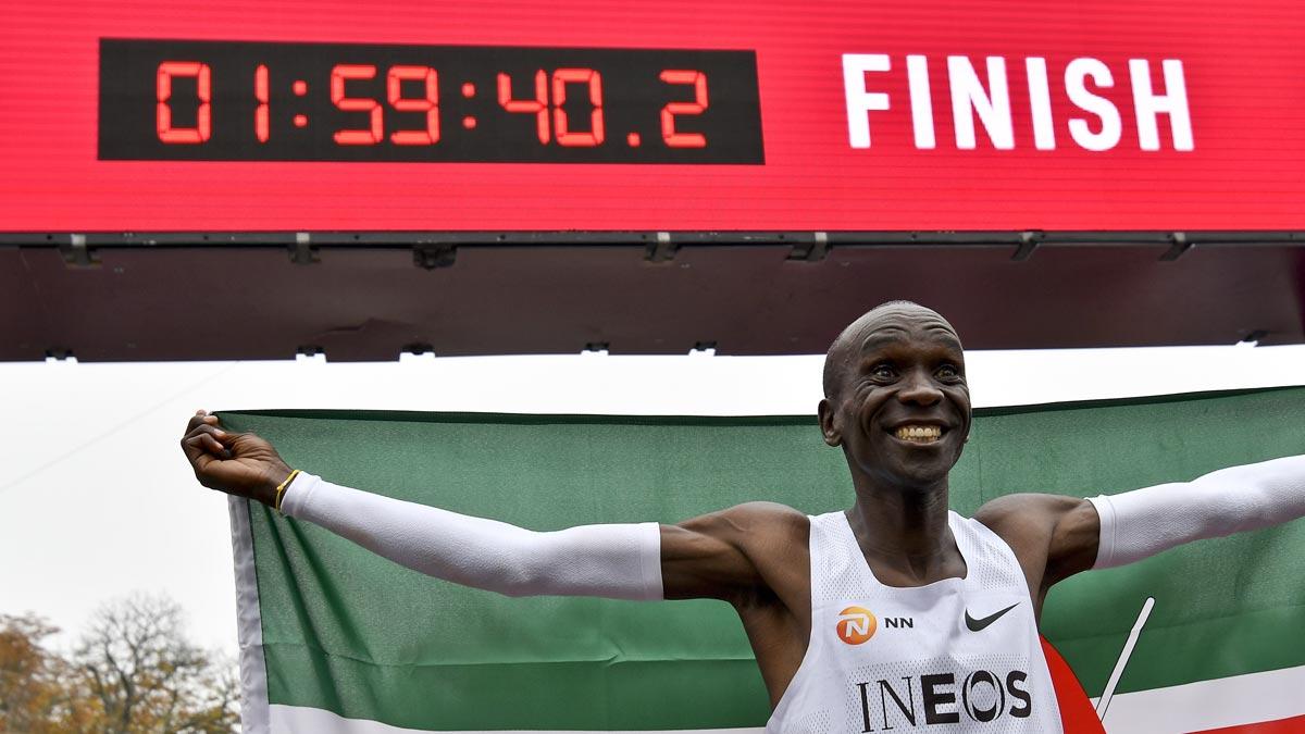 Eliud Kipchoge por primera vez por debajo de las dos horas una vez completados los primeros 15 kilómetros de la prueba.