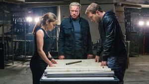 Arnold Schwarzenegger, entre Emilia Clarke y Jai Courtney, en la película Terminator: Génesis.