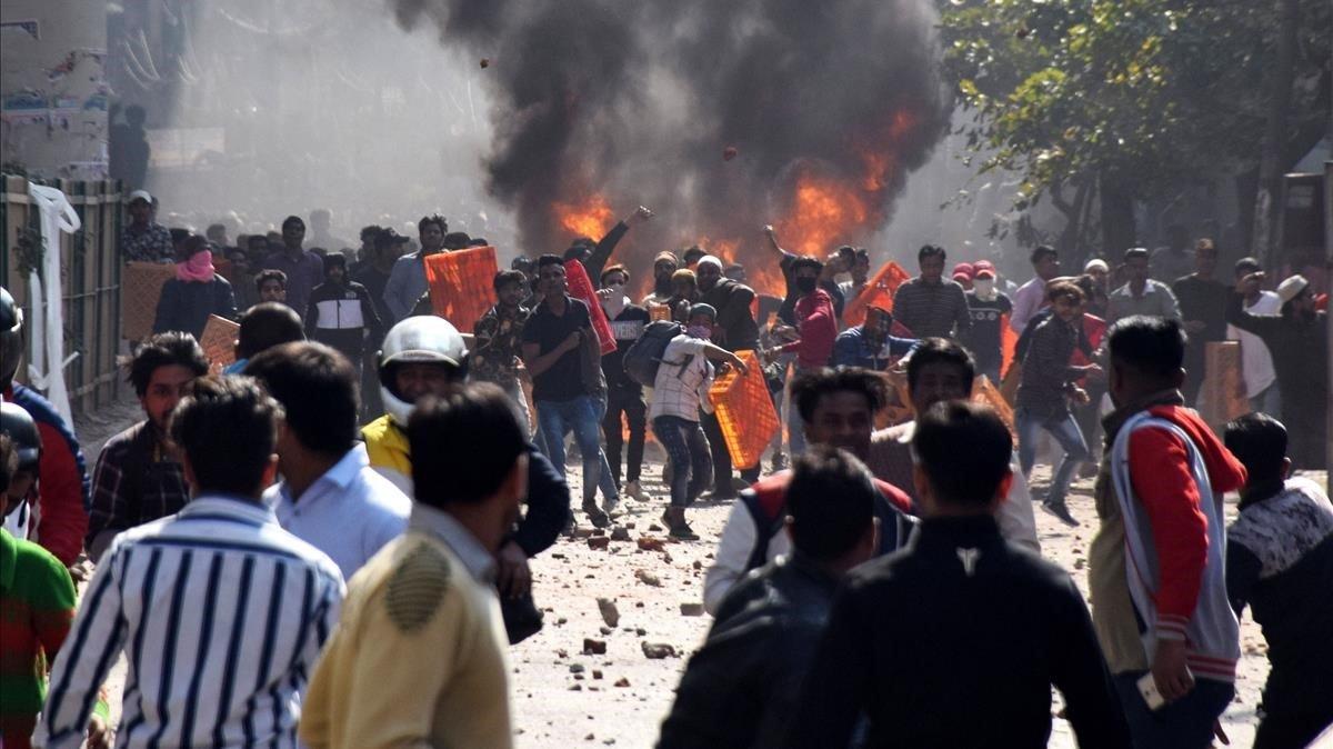 Enfrentamientos en Nueva Delhi entre partidarios y contrarios a la Ley de Ciudadanía.