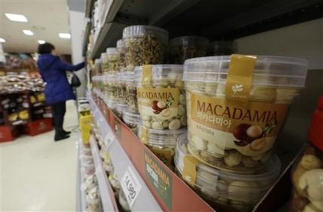 Envases de plástico con nueces de macadamia, en una tienda de Seúl, Corea del Sur, el 15 de diciembre de 2014.
