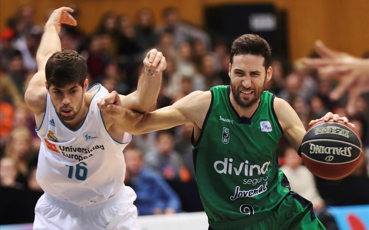 El escolta verdinegro Sergi Vidal pugna por un balón con el madridista Santi Yusta