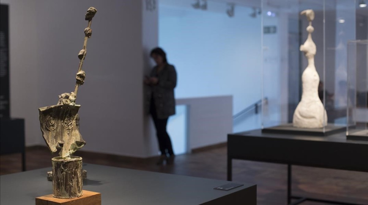 Esculturas de Joan Miró, inspiradas en figuras femeninas sumerias, en la exposición sobre arte sumerio dela Fundació Miró.