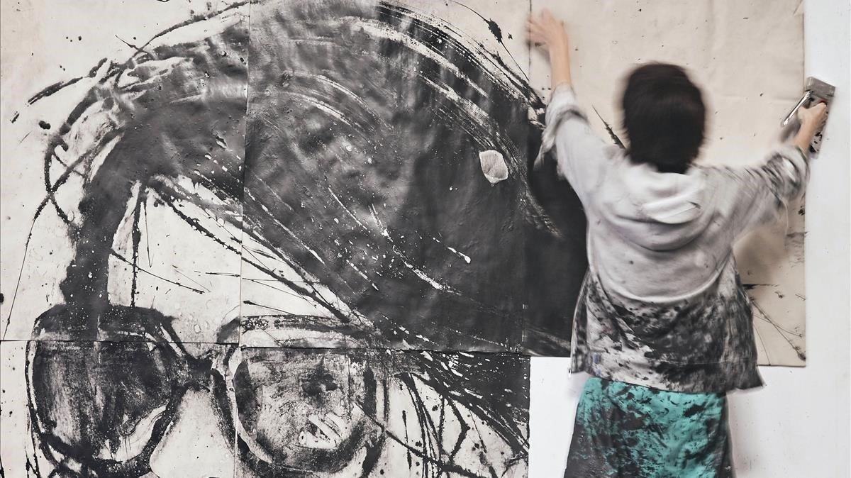 Lídia Masllorens, trabajando en su estudio.