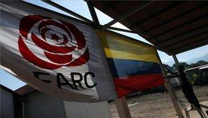 Las banderas delpartido Fuerza Alternativa Revolucionaria del Común (FARC) y la de Colombia.