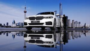 Un visitante observa el coche BMW 5-Series Li en el salón de Shanghái.