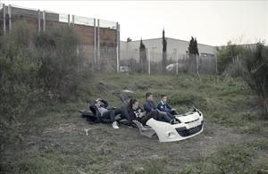 Fotografía de Arnau Bach de unos niños jugando con los restos de un coche en un descampado de Marsella, que forma parte de la exposición Mitos de un futuro cercano, en el Arts Santa Mònica, dentro del Docfield.