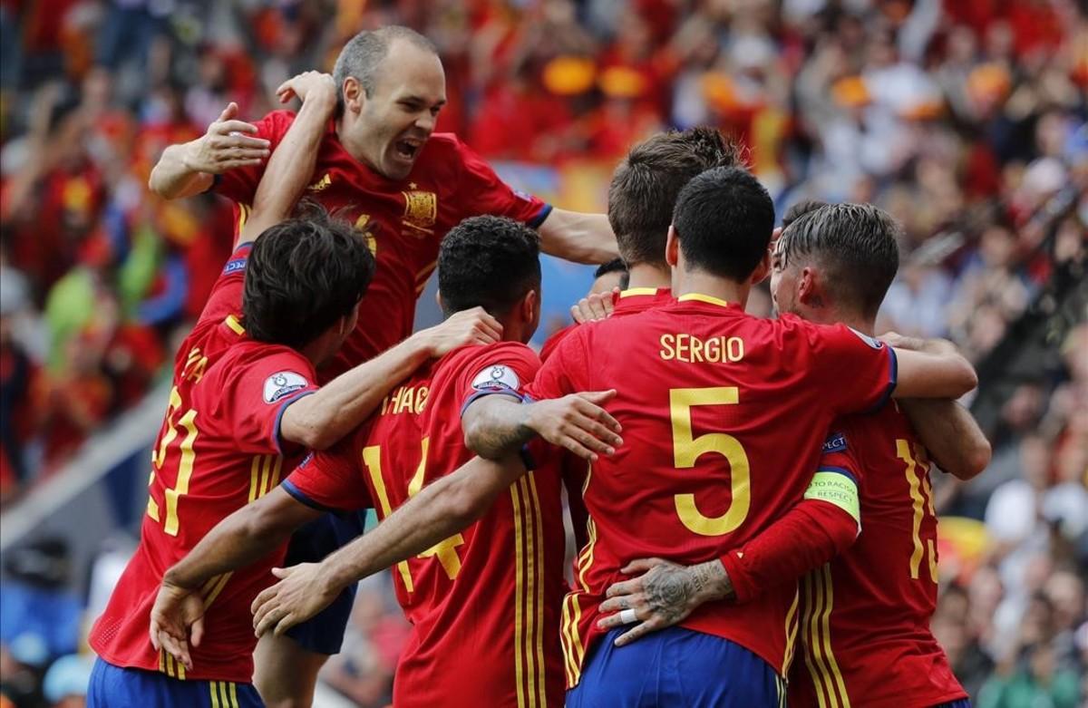 Gerard Piqécelebra con sus compañeros el gol que ha marcado durante el partido Espana-Republica Checa.