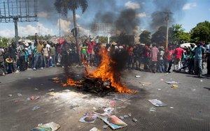 Manifestantes participan en un rito vudú en Puerto Príncipe, Hiaití.