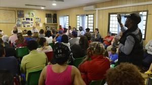 Una reunión en unbarracón dela asociación de vecinos de Ciutat Meridiana, el mes pasado.