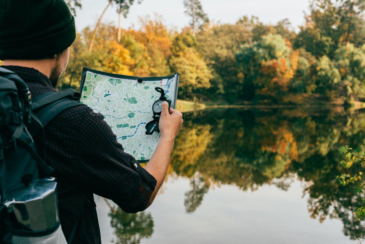 Un hombre frente a un mapa escogiendo el camino.